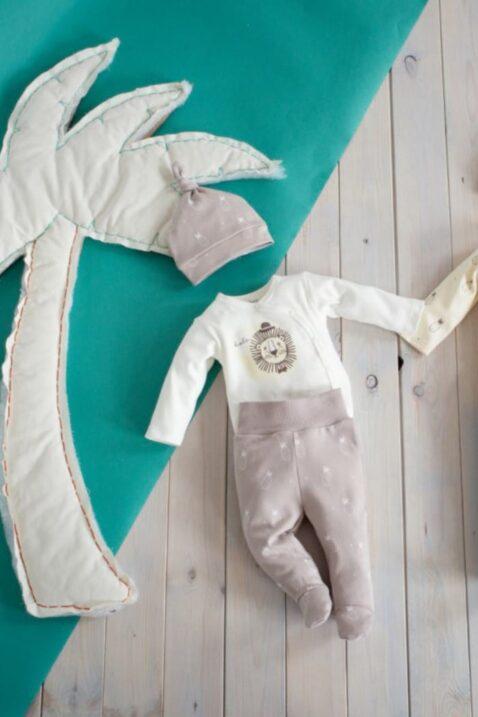 Beige Baby Baumwoll Kinder Mütze mit kleinen weißen Ananas Motiven & kleinem Bommel-Knoten, beige Ananas Strampelhose & weißer Wickelbody mit Löwe von Pinokio - Lookbook Inspiration