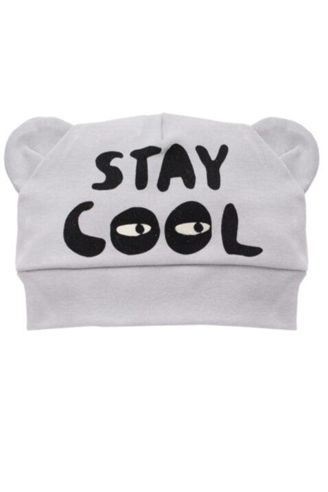 Graue Baby Mütze mit Ohren & Schriftzug Stay Cool für Jungen - Hellgraue Babymütze Kindermütze Baumwolle unifarben von Pinokio - Vorderansicht