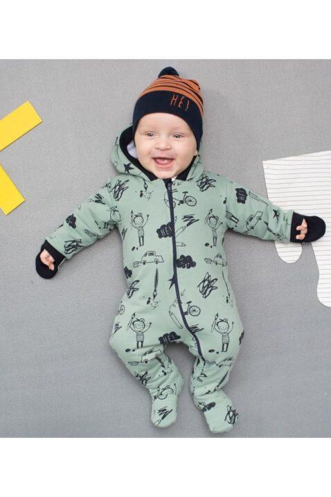 Lachender liegender Junge Baby trägt grünen gefütterten Baby Overall Strampelanzug Einteiler mit Füßen, Kapuze Handschutz, Schulmotiven & orangene schwarz gestreifte Baby Mütze von Pinokio - Babyphoto