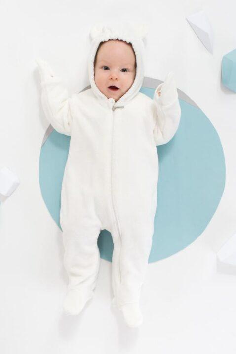 Staunender liegender Junge trägt weißen Plüsch Baby Eisbär Overall Strampler Anzug mit Füßen, North Patch, Fäustlinge Handschuhe & Kapuze mit Ohren - Ecru gefütterter Flauschoverall Babyoverall Einteiler Strampelanzug mit Handschutz Winteranzug Herbst Frühling von Pinokio - Babyphoto