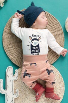 Schlafender Junge trägt orangene Lama Baby Leggings Schlupfhose Sweathose - blaue Babymütze mit Ohren & Schriftzug Happy Lama - weißen Wickelbody langarm Oberteil mit Lama Langarmbody - rote Babyschuhe von Pinokio - Babyphoto