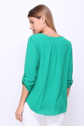 Grüne elegante Damen Bluse mit 3/4 Arm, V-Ausschnitt & Riegel mit Knopf & Krempelfunktion - Schöne Sommerbluse casual mit Zierkragen Verzierungen Schlupfbluse unifarben Sommerfarbe von REVD'ELLE PARIS - Rückenansicht