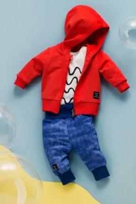 Blaue Baby Leggings Sweathose in Denim Jeans-Optik, breitem Komfortbund, Patch & Bündchen - Rote Kapuzen-Sweatjacke mit Patch - Weißer kurzarm Baby Body mit Wellen, Meer & Sonne von Pinokio - Inspiration Lookbook