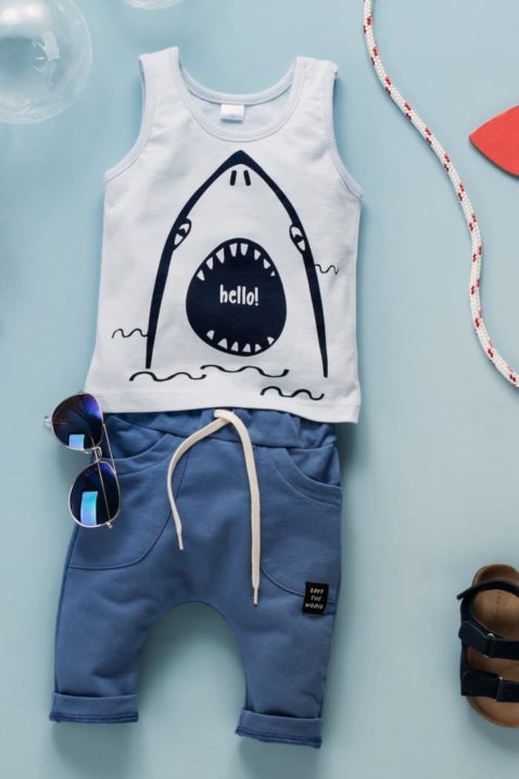 "Blaues Baby Kinder Tank Top Rundhals mit Hai Motiv für Jungen - Lange blaue Babyhose Sweathose Schlupfhose mit Patch ""SAVE THE WORLD"" & Kordel Komfortbund - Piloten-Sonnenbrille im Sommer Kinder Outfit von Pinokio - Inspiration Lookbook"