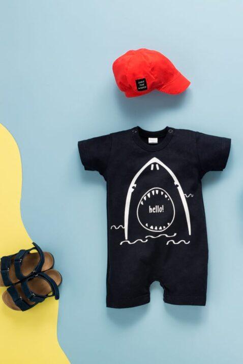 Dunkelblauer Kinder Baby Spieler kurzer Overall mit Hai Tier-Motiv Meer für Jungen - Rote Baby Mütze mit Schild Kappe Sommemütze Cap Kindermütze Schirmmütze von Pinokio - Inspiration Lookbook