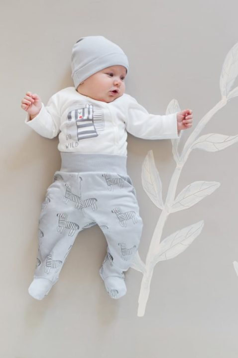 Liegender Baby Junge trägt graue Strampelhose mit Fuß, breitem Bund & Zebras im All Over Muster aus Baumwolle - Weißen Langarm-Wickelbody mit Zebra Dschungel Motiv - Blaue Baby Mütze GO WILD Patch Baumwollmütze unifarben von Pinokio - Babyphoto