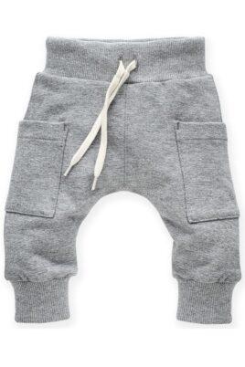 Pinokio graue Baby Pumphose Sweatpants Haremshose mit Taschen, Kordel & Bündchen für Jungen & Mädchen – Hellgraue Basic Schlupfhose Babyhose Joggingshose unisex – Vorderansicht