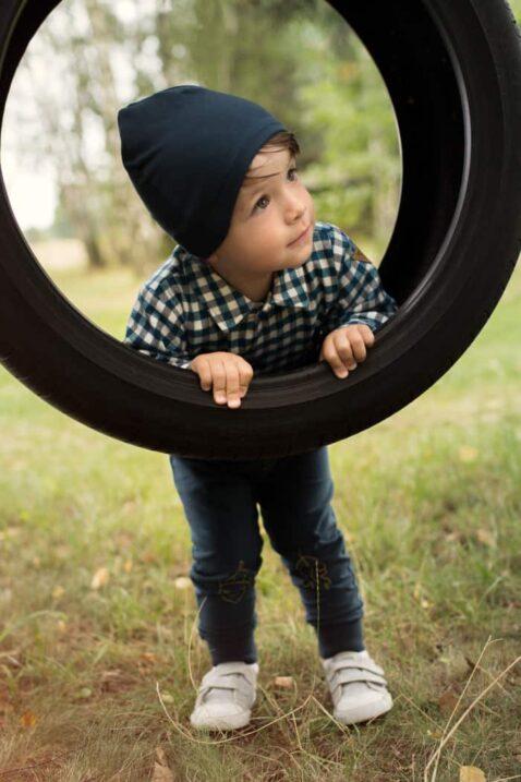 Spielender Junge trägt blaue Baby Leggings Sweathose mit Knöpfe, Blatt & Eichel - Blaues Karohemd mit Fuchs Patch - Blaue Babymütze mit Patch Fuchs von Pinokio - Kinderphoto Babyphoto