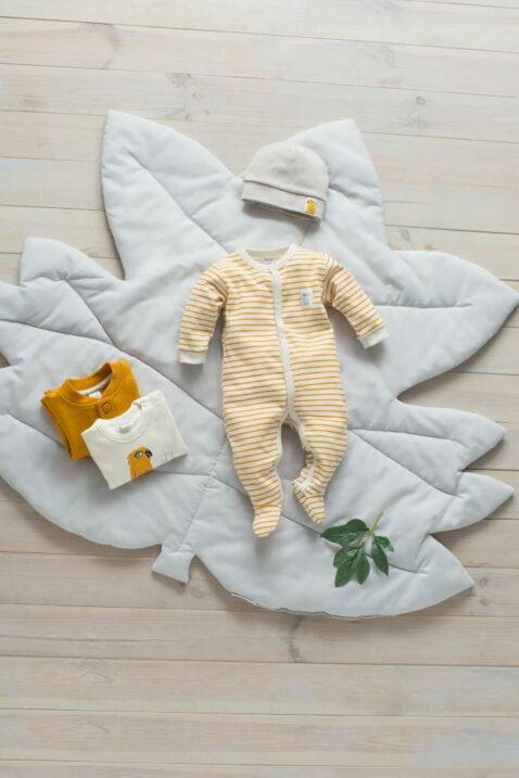 Currygelber weisser Baby Langarm Schlafoverall mit Füßen Streifen Look - Graue Babymütze Papagei - Weißer Babybody - Sweatjacke mit Knöpfe senfgelb von Pinokio - Inspiration Lookbook