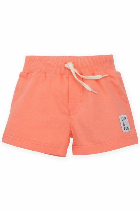 """Koralle kurze Sommer Baby Shorts Hose mit Patch """"SUN & FUN"""" & elastischer Gummizugbund mit Kordel für Jungen von Pinokio - Vorderansicht"""