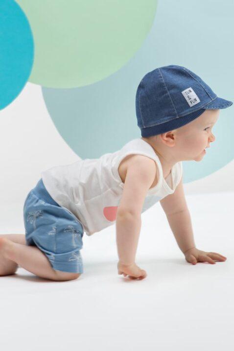 Krabbelnder Junge trägt blaue Baby Kinder Shorts mit Palmen - Weißes Tank-Top ärmellos mit Insel, Palme, Sonne - Jeans Look blaue Sommermütze mit Schirm von Pinokio - Babyphoto