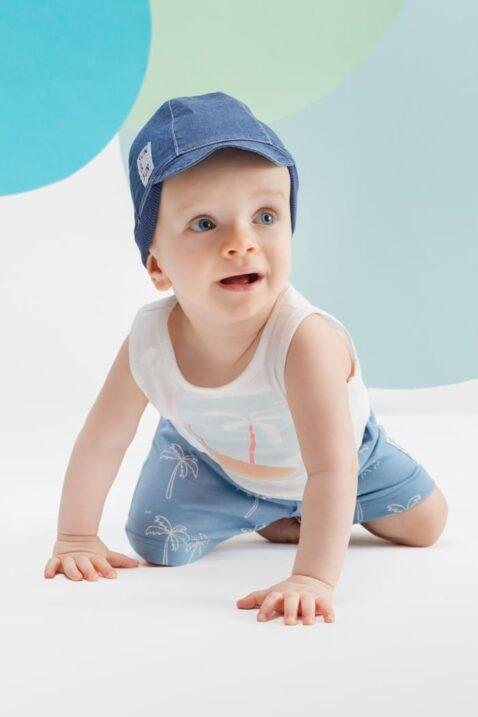 Krabbelnder Junge trägt Schirm Babymütze mit Patch im blauen Jeans-Look - Weißes T-Shirt ärmellos mit Palmen Insel - Blaue Shorts kurze Babyhose mit Palmen von Pinokio - Babyphoto