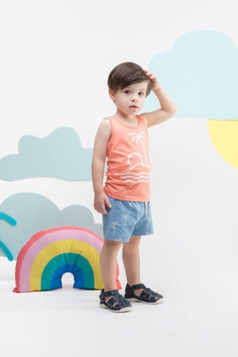 Stehender Junge trägt Tank-Top Oberteil mit Palme, Insel, Meer, Sonne in Koralle Orange - Blaue Baby Shorts mit Palmen & Kordel von Pinokio - Kinderphoto Babyphoto