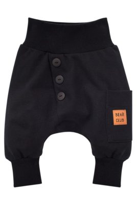 Pinokio schwarze Baby Pumphose Haremshose mit Knöpfen Knopfleiste, Tasche mit Patch BEAR CLUB Patch für Jungen – Dunkle Basic Sweathose Sweatpants Babyhose – Vorderansicht