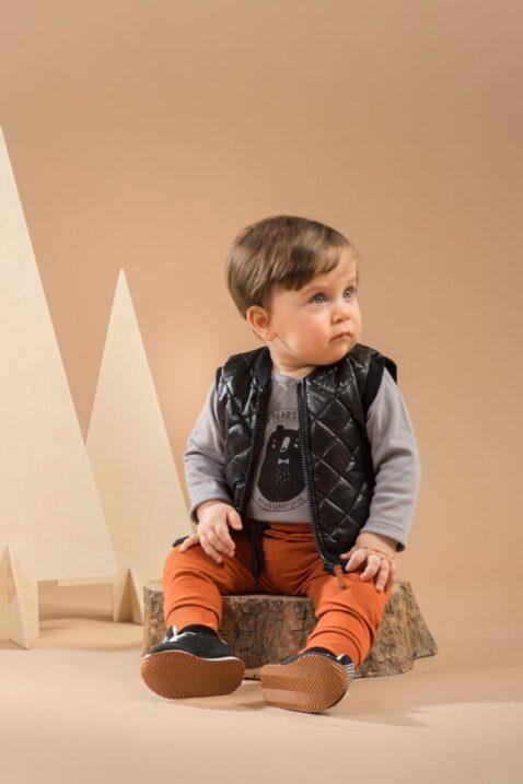 Baby Junge trägt grauen Wickelbody mit Bär - Braun orangene Pumphose mit Patch BEAR´S CLUB - Schwarze kurze Steppweste von Pinokio - Babyphoto Kinderphoto