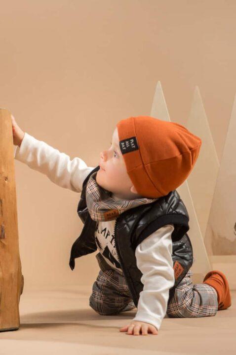 Junge trägt braune Baby Mütze mit Umschlag Patch - Schwarze Steppweste kurz - Camping Zelt Wald Wickelbody weiß - Multifunktionstuch gemustert kariert grau von Pinokio - Babyphoto Kinderphoto