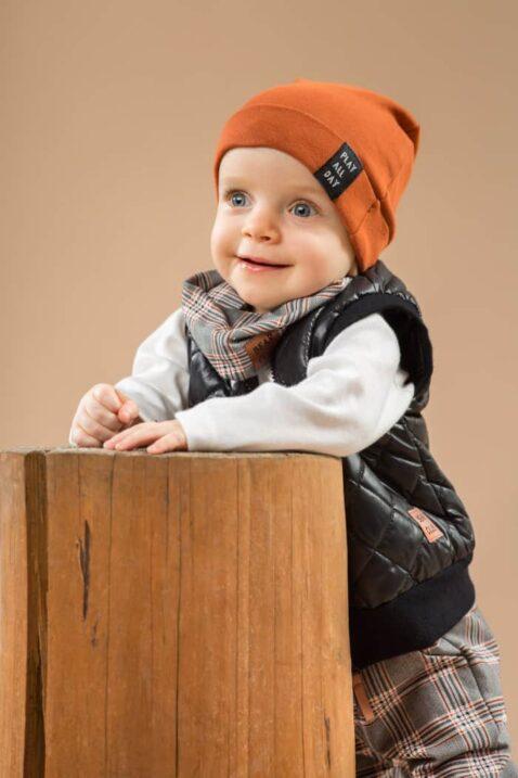 Junge trägt gemustertes Schottenkaro Baby Multifunktionstuch Loop Halstuch grau - Braune Babymütze - Weißen Wickelbody Camping Urlaub Zelt - Steppweste schwarz von Pinokio - Babyphoto Kinderphoto