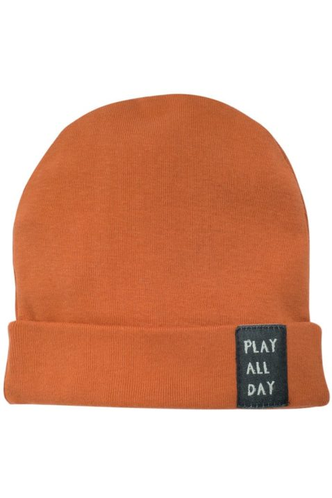 Orange braune Babymütze mit Umschlag & Patch PLAY ALL DAY für Jungen & Mädchen - Rostbraune Baby Mütze aus Baumwolle Kindermütze für Frühling, Sommer, Herbst & Winter von Pinokio - Vorderansicht