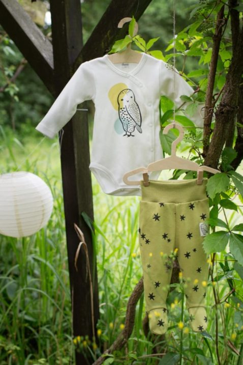 Baby Halb Strampler Strampelhose mit Fuß & Sterne gemustert in Grün Limette - Weißer Wickelbody langarm mit Eule Kauz Uhu von Pinokio - Inspiration Lookbook