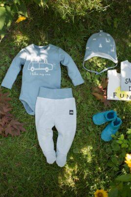 Baby Langarm Baumwollbody mit Auto Retro blau grün - Strampelhose gestreift mit Car Auto Patch - Babymütze mit Ohrenklappen & Autos von Pinokio - Inspiration Lookbook