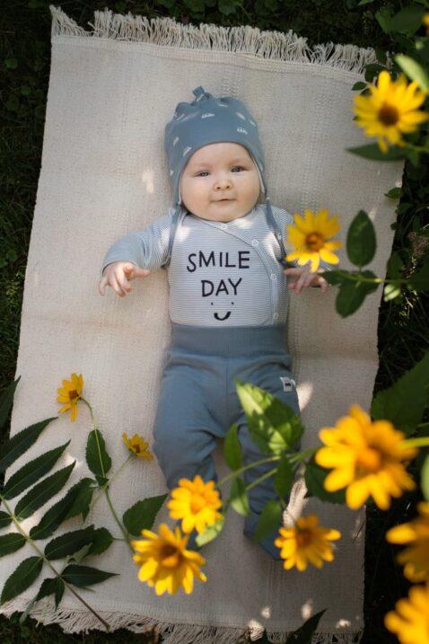 Baby Junge trägt blau weiss gestreiften Wickelbody langarm - Strampelhose blau mit Auto Patch - Blaue Mütze mit Ohrenklappen & Autos Vehicles Cars von Pinokio - Babyphoto Kinderphoto