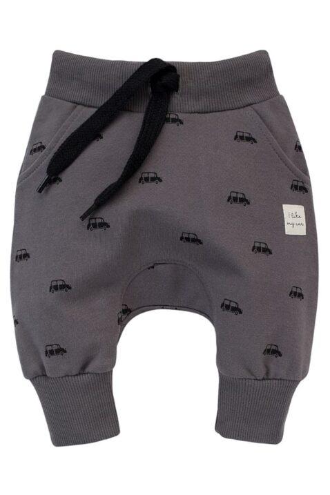 Graue Baby Kinder Pumphose Haremshose mit Taschen, Autos Car Patch Muster für Jungen - Babyhose Sweathose Pants Jogger von Pinokio - Vorderansicht