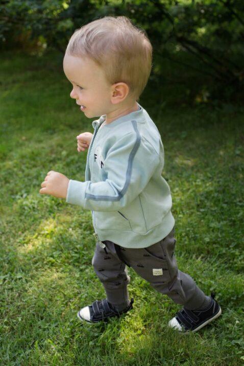Laufender Junge trägt dunkelgraue Baby Pumphose mit Autos - Blau Grüne Baumwoll Sweatjacke mit Taschen, Streifen & FUN Print hochwertig günstig von Pinokio - Babyphoto Kinderphoto