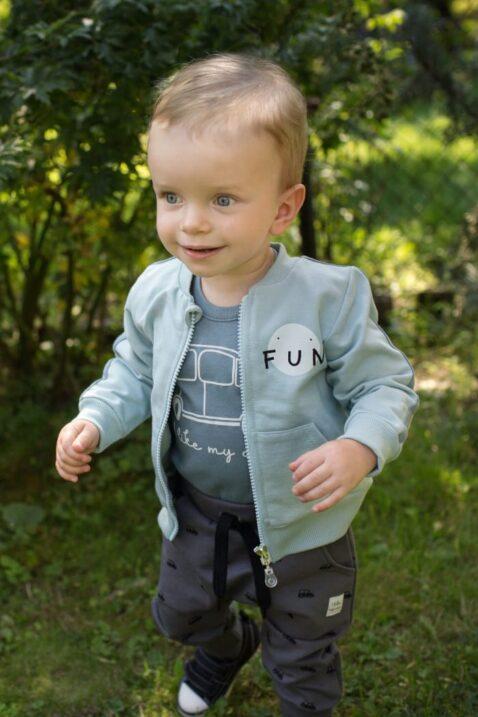 Staunender Junge trägt blau mint grüne Baby Kinder Sweatjacke mit Streifen, Taschen & Reißverschluss - Pumphose mit Autos in Grau von Pinokio - Babyphoto Kinderphoto