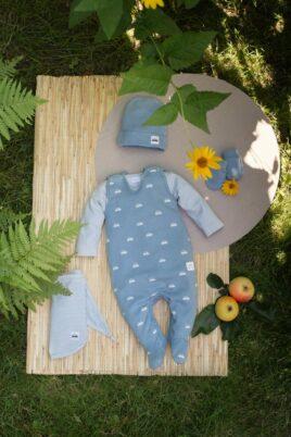 Set blau grüner Baby Strampler mit Füßen & Autos - Babymütze mit Automobil - Gestreiftes Halstuch & Oberteil mit Vehicle - Baby Fäustlinge in Blaugrün von Pinokio - Inspiration Lookbook