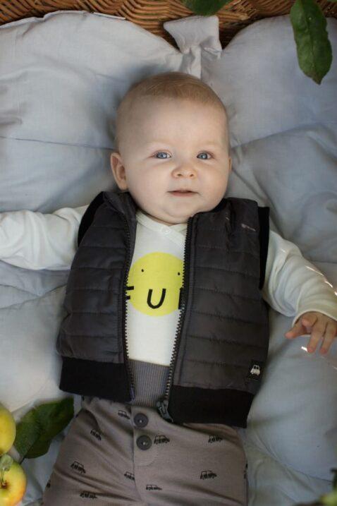 Junge trägt süße graue Baby Leggings Sweathose mit Knöpfe & Autos - Schwarze Steppweste Car Patch & Reißverschluss - Weißen Wickelbody mit FUN Print günstig von Pinokio - Babyphoto Kinderphoto