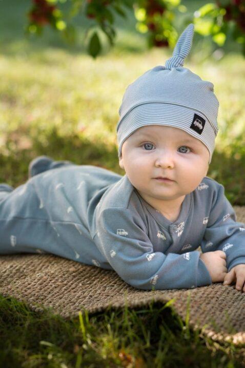 Lachender Junge trägt blauen BabySchlafoverall mit Füßen, Autos gemustert & Car Patch - Gestreifte Zipfel Babymütze blaugrün von Pinokio - Babyphoto Kinderphoto