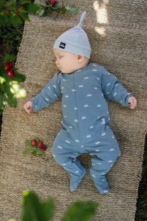 Schlafender Junge trägt blauen Baby Strampelanzug mit Fuß & Retro Autos in Blau grün - Streifen Kinder Mütze mit Zipfel & Auto Patch von Pinokio - Babyphoto Kinderphoto