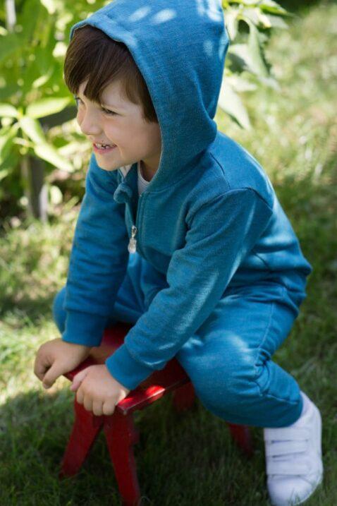 Spielender Junge trägt blau-grünen Baumwolloverall ohne Fuß, Bündchen, Taschen, Kapuze & Auto Car Patch für Kinder von Pinokio - Babyphoto Kinderphoto