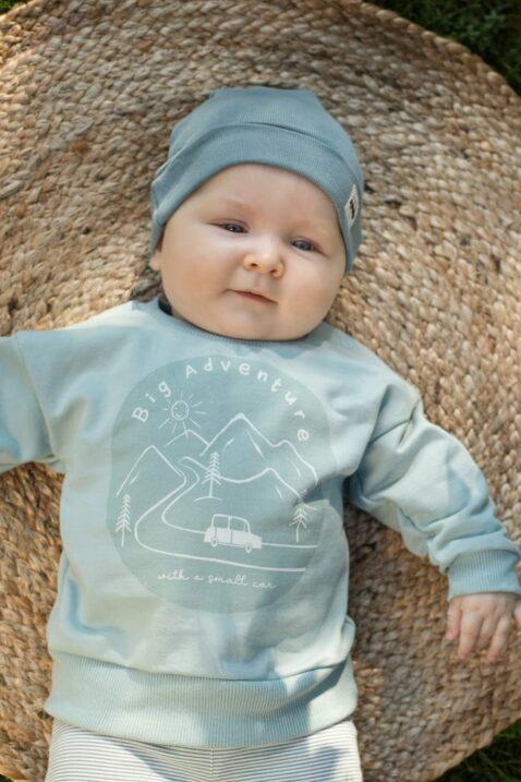 Junge mit blauer Babymütze mit Umschlag & Auto - Kinder Sweatshirt langarm mit Berge & Car - Gestreifte Baby Leggings mit Knöpfe von Pinokio - Babyphoto Kinderphoto
