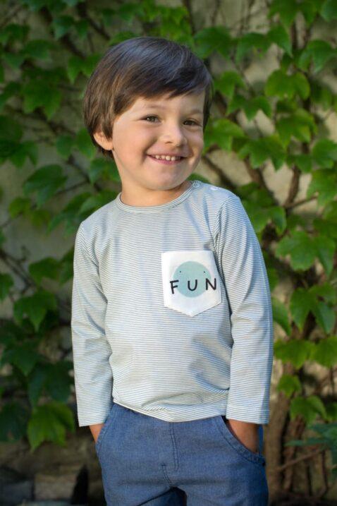 Lachender Junge dunkelblaue Denim Babyhose im Jeans Look, Taschen, Auto Patch, Bündchen - Kinder Langarmshirt Oberteil mit Tasche FUN Print von Pinokio - Babyphoto Kinderphoto