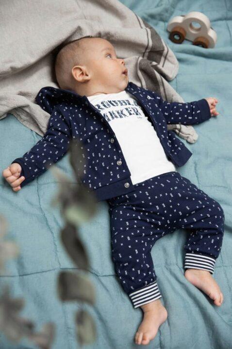 Leichter Babypullover in weiß mit Trouble Maker Print aus Baumwollmix für Jungen Mädchen - wendbare Babyjacke mit Druckknöpfen von Dirkje - Babyphoto
