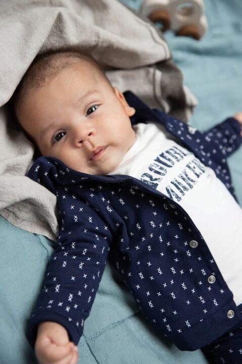 Dirkje Baby Bio Baumwolle Langarmshirt mit Trouble Maker Print in weiß - Baby Wendejacke in dunkelblau mit Kreuz-Muster - Babyphoto