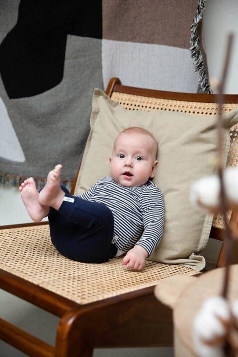 Baby Sweathose Jogginghose aus hochwertiger Bio-Baumwolle mit Marken-Patch für Jungen & Mädchen in dunkelblau Dirkje - Babyphoto