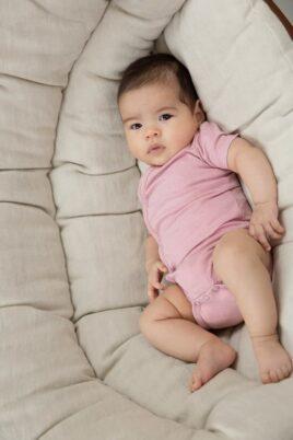 Baby mit kurzarm Wickelbody gestreift aus hochwertiger Bio-Baumwolle für Mädchen in rosa - Babyphoto