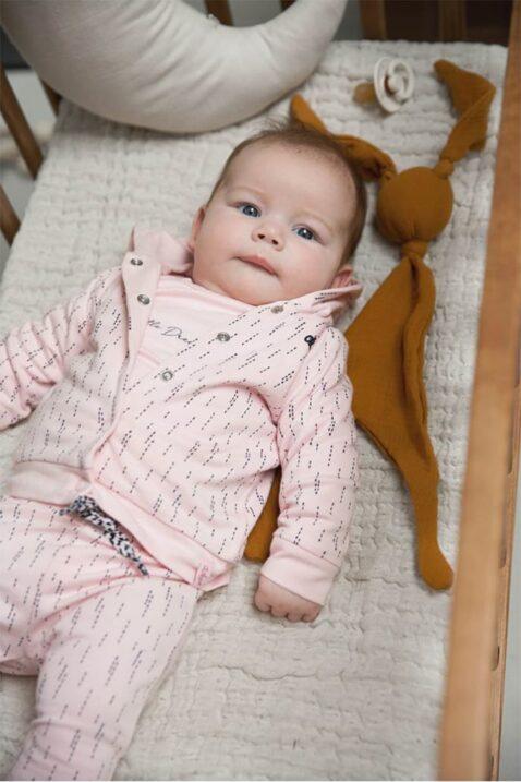 Baby Langarmshirt Rundhals mit Print - Babyjacke gemustert mit Kapuze - Sweathose mit Komfortbund rosa für Mädchen - Babyphoto