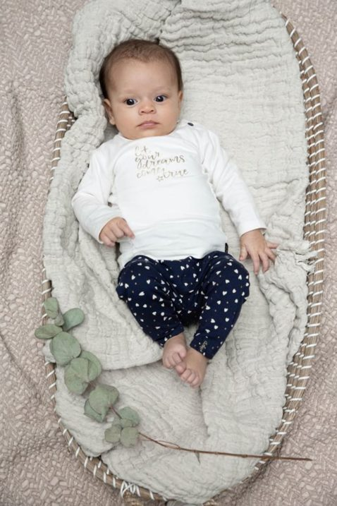 Baby Langarmshirt mit Rüschen offwhite für Mädchen - blaue Sweathose Leggings mit Herzen von Dirkje - Babyphoto