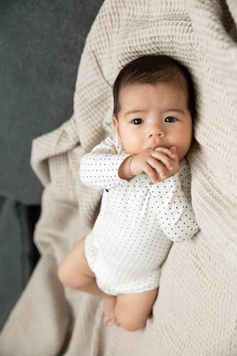 Langarmbody Baby Body gepunktet in weiß aus hochwertiger Bio-Baumwolle - Wickelbody für Mädchen von Dirkje - Babyphoto