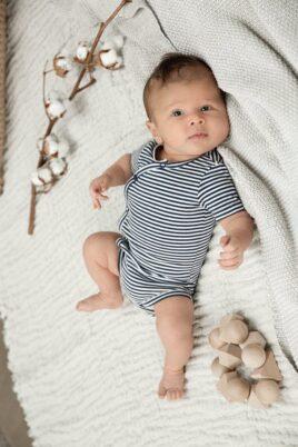 Baby Kurzarmbody Wickeloptik mit Druckknöpfen gestreift - Baumwollbody für Jungen blau von Dirkje - Babyphoto