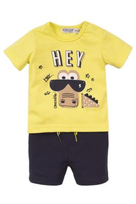 Dirkje Babyset für Jungen mit T-Shirt in gelb & Krokodil-Print + Shorts dunkelblau mit Zierkordel – Vorderansicht