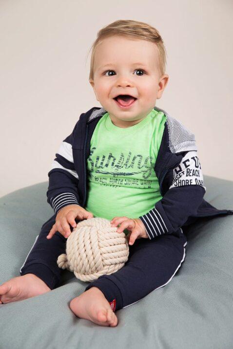 Baby Jogginghose mit Taschen + Seitenstreifen - Babyshirt rundhals in grün mit Print - Kapuzenjacke aus Baumwolle von Dirkje - Babyphoto