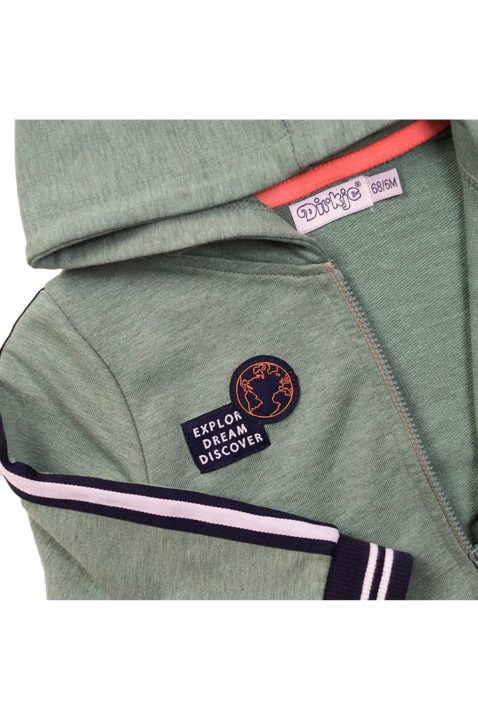 Baby Kapuzen-Sweatjacke mit Taschen + Reißverschluss - Babyjacke mit gestreiftem Bündchen + Weltkugel-Patch in grün - Kinder Sweatjacke für Jungen von Dirkje - Detailansicht
