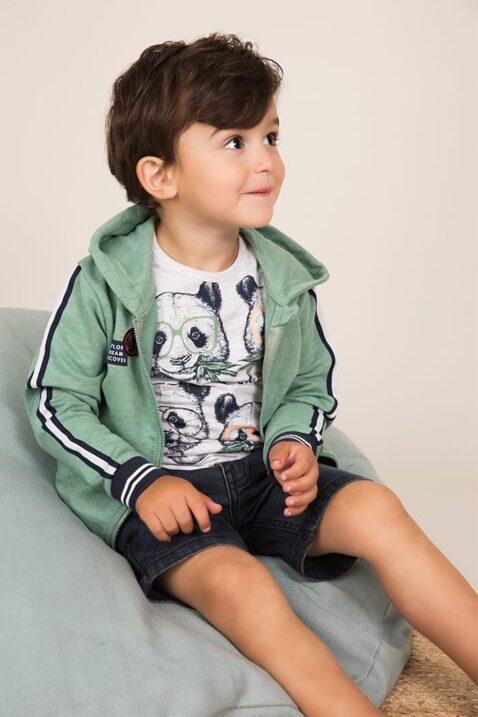 Baby Kapuzen-Sweatjacke mit Taschen + Streifen in grün - weißes Rundhalsshirt mit Tiermotiv - kurze Baby-Jeans blau - Babyphoto