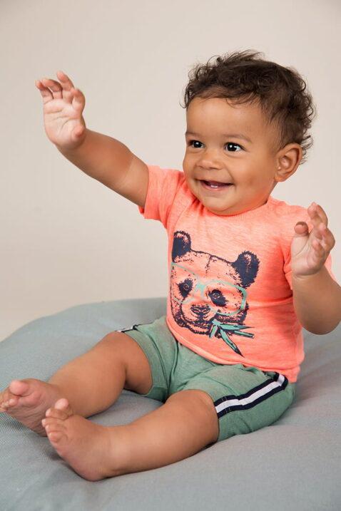 Baby Sommerhose kurz mit Taschen + Komfortbund in grün - Baby Sommershirt rundhals mit Panda-Aufdruck + Druckknöpfen an der Schulter - Babyphoto