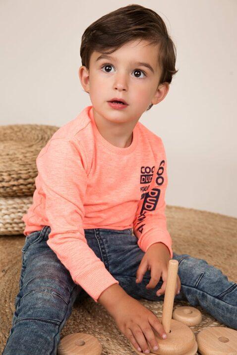 Baby Jeans im Jogging-Style Jogginghose blau mit gestreiftem Bündchen + Taschen - Baby Langarmshirt mit Rundhalsausschnitt + Print orange für Jungen von Dirkje - Babyphoto