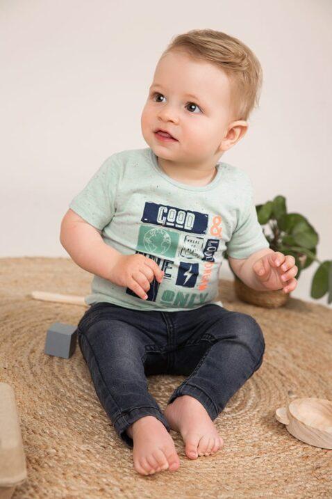 Baby Jeanshose mit Taschen + Leder-Patch slim fit dunkelgrau für Jungen - Dirkje Kurzarmshirt grün mit Print aus Baumwolle - Babyphoto